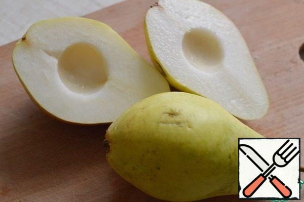 Wash the pear. cut into 2 pieces, remove the core. Cut each half into 2 pieces.