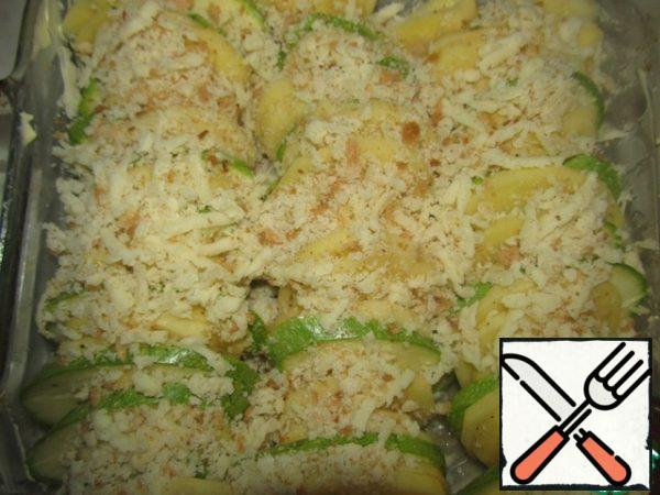 Grate the cheese and bread, mix the bread crumbs and grated cheese, sprinkle liberally, and put the vegetables on top.