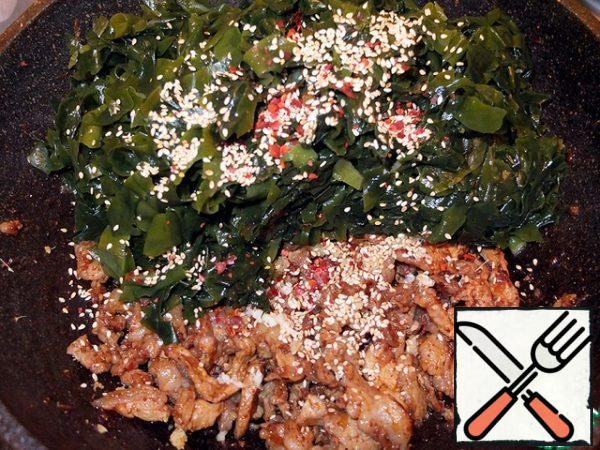 Combine the fried meat, seaweed, sesame seeds, season (soy sauce, ground coriander, hot pepper and paprika, black pepper, a whisper of sugar and crushed garlic). If desired, add your favorite greens. Stir and let stand. Similarly, a salad without meat is prepared. You can replace the fried meat with boiled and chopped eggs.