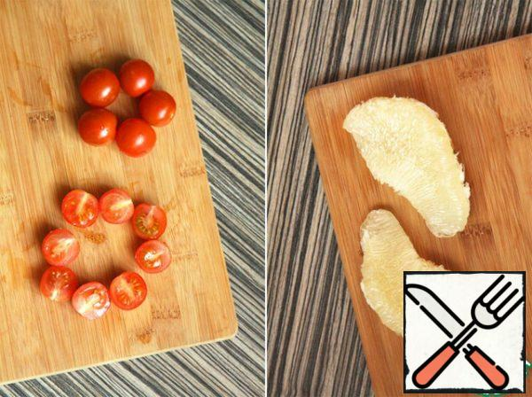 Wash the cherry tomatoes and cut them into halves. We will separate the pomelo from the skin and films.