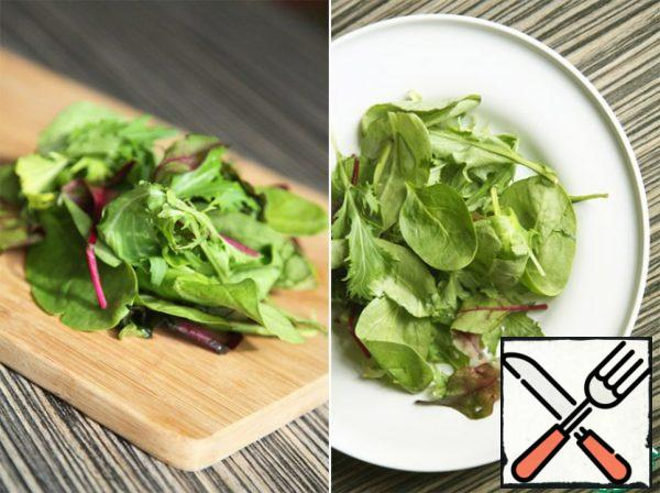 And also get a salad mix (or your favorite salad, grass): rinse in cold water and place on a platter.