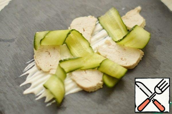 Mix sour cream with mustard, pepper to taste. Put the sauce on a plate, put the chicken pieces and cucumber strips on top.
