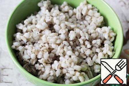To prepare the salad, the grits must be boiled. I always cook the pearl barley for no more than 40 minutes, so it remains whole and elastic and does not boil.