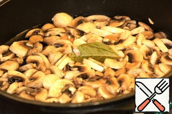 Put in boiling salted water, add bay leaf 3 pcs. Cook for 3 minutes, toss in a colander.