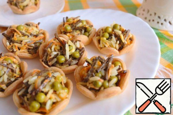 Put the finished salad in tartlets. Enjoy your meal at the family table!