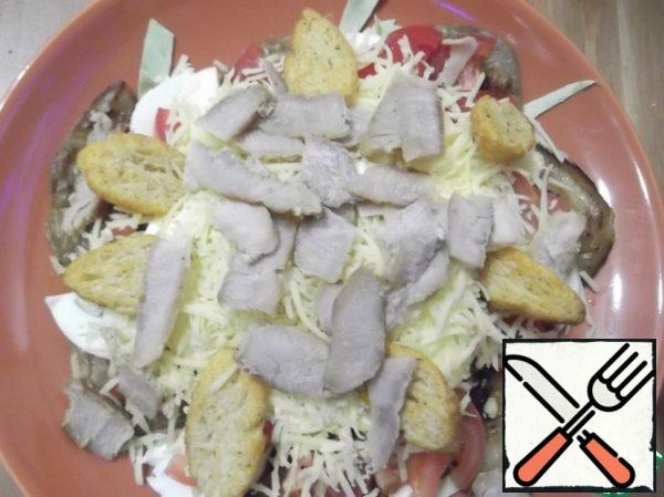 I make a salad in portions, it turns out 2-3 servings. Spread the meat, cabbage, tomato, eggplant, egg, season with mayonnaise, rub the garlic in a plate, sprinkle with crackers (preferably baguette) and grated cheese.