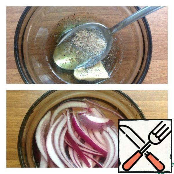 Salad dressing: mix oil, mustard, garlic salt and ground pepper. Mix thoroughly. If there is no garlic salt, then add garlic powder to the usual one. Cut the onion into half rings and marinate for 15-20 minutes. For the marinade: add sugar and vinegar to the water, mix and put the onion.