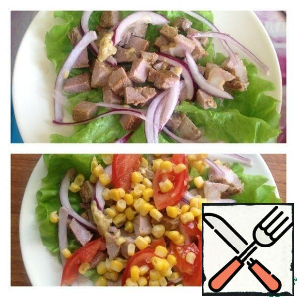 Put the lettuce leaves on a plate ( you can tear them with your hands or leave the leaves intact). Put the marinated onion on top and squeeze it out of the excess liquid. Cut the meat into cubes. Pour over the dressing. Cut the tomato into slices or plates, put it on the meat, put the corn on top and pour the dressing over it.
