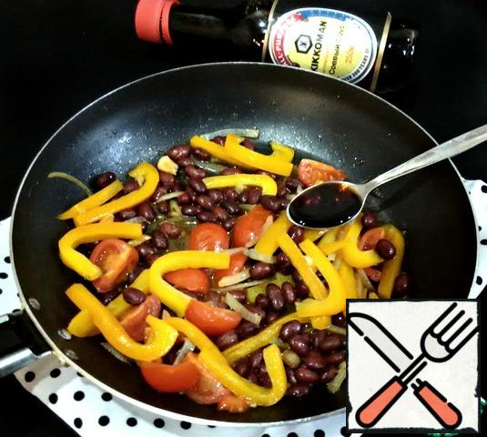Then add the canned beans, spices to taste, vinegar (I have apple) and soy sauce. I used naturally brewed soy sauce. Warm up the salad for another two minutes, and you can serve it to the table.