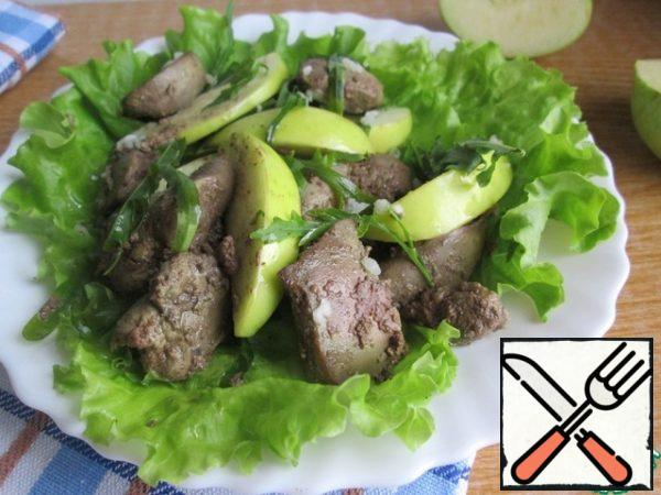 Wash apple, remove the core and cut into slices. On the dish, we lay out the lettuce leaves and put the prepared liver, apple and arugula mixed on top.