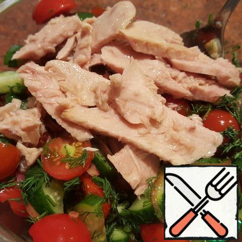 Add the canned tuna to the salad bowl along with the oil/part of the oil.
