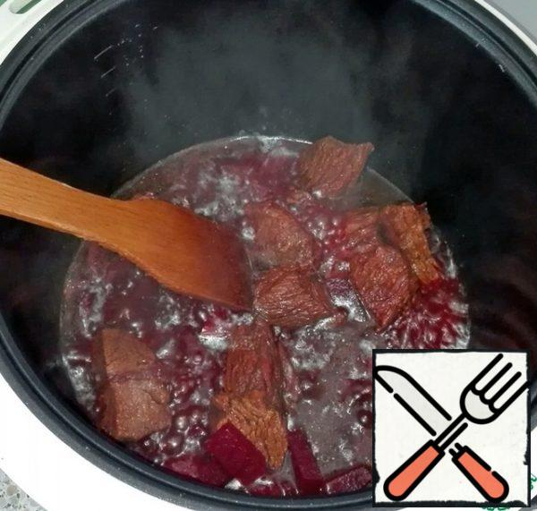 Cut the veal into cubes (as for azu), beets and simmer them until ready (about an hour and a half). Shortly before the end of stewing, add soy sauce to them.In the photo, goulash slicing meat, do not pay attention, in the process of cooking, I fixed it!