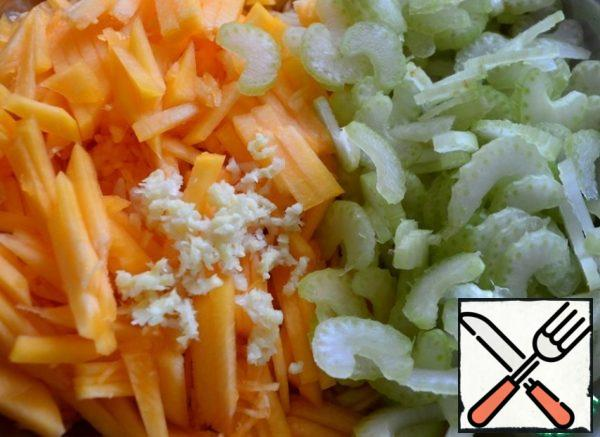 Celery is also cut thinly, garlic is finely chopped or crushed with a garlic chopper. We send it to the salad.