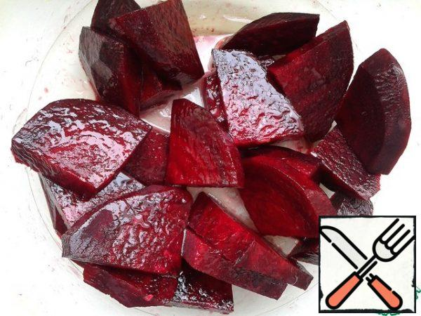Put the sliced beets in a separate bowl, lightly sprinkle with lemon juice and mix with vegetable oil. If this is not done, the beetroot will color all the other vegetables, and the salad will turn a dull brown color. I use this technique when preparing other dishes with beets (salads, vinaigrettes, etc.).