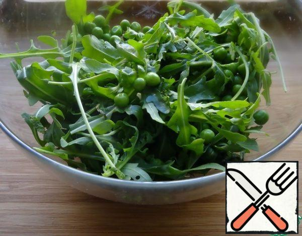 For the dressing, mix the lemon juice, olive oil and balsamic. Mix the arugula with the green peas. If you will use frozen peas, you need to boil them for a couple of minutes in boiling water, then throw them in a colander and pour cold water over them to stop the cooking process and keep the green color.