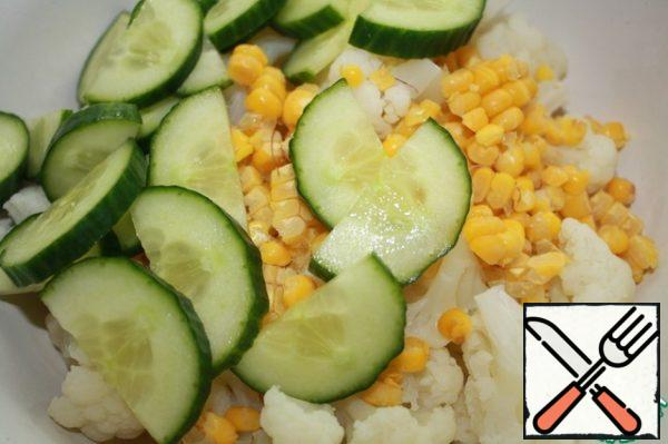 Mix the cabbage, cucumber and corn. Add the gas station. Mix everything well and let it stand for about 15 minutes.