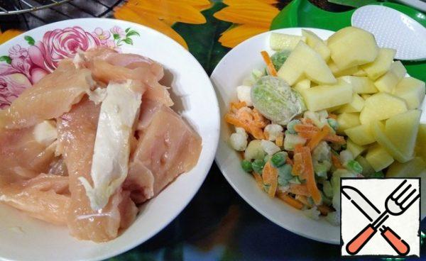 Prepare the ingredients, cut the chicken into pieces, potatoes at your discretion, onions finely diced.