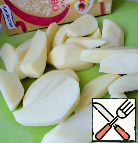 Peel the potatoes and cut them into large slices. Rinse and dry.