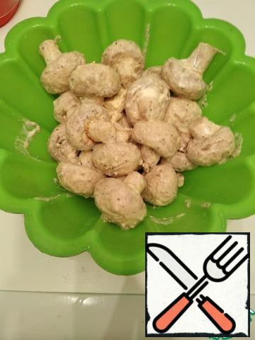 Next, we put it in any baking dish or frying pan. We throw the oven preheated to 200 degrees for 30-35 minutes.