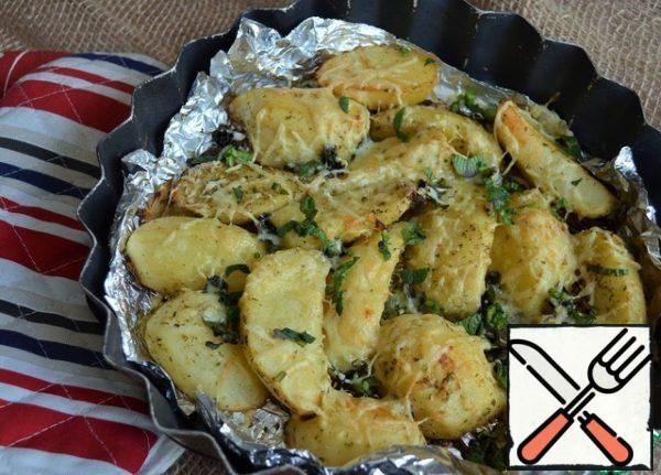 Grate the cheese on a fine grater and dust the potatoes with it. Send it back to the oven, bake until ready. That's another 15-20 minutes, at 180 degrees. Garnish the finished potatoes with fresh mint.