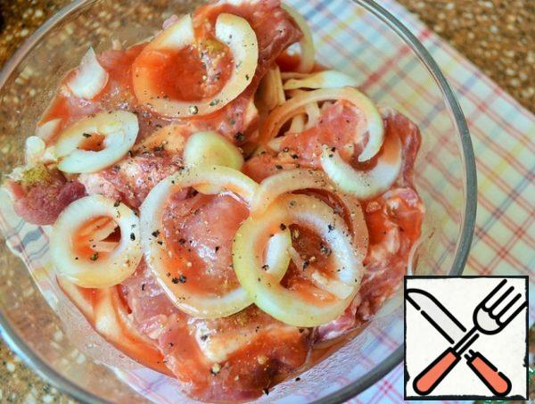 Pour the tomato and lemon juice and pepper. Leave for 2-12 hours in a cool place.
