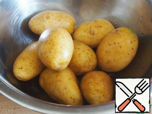 Wash the potatoes with the peel thoroughly with a brush. 7-8 medium-sized potatoes, preferably oblong potatoes.