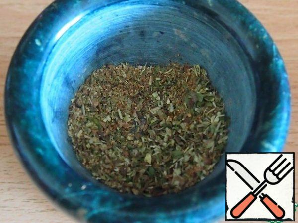 In a mortar, grind allspice and dry herbs-rosemary and thyme.