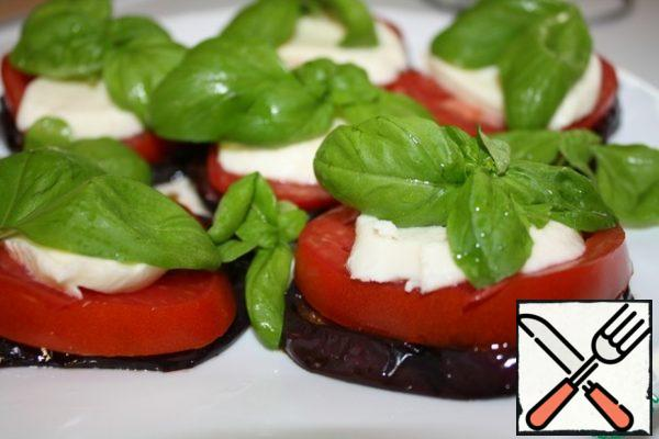 Then slice the mozzarella and put it on top. If desired, add salt. Top with basil leaves.