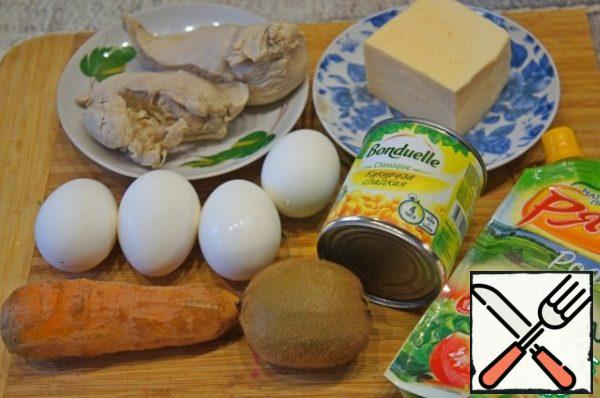 Boil the carrots and chicken breast until tender, cook the eggs hard-boiled (8-9 minutes). Grate the hard cheese and carrots on a coarse grater. Grate the eggs on the same grater.