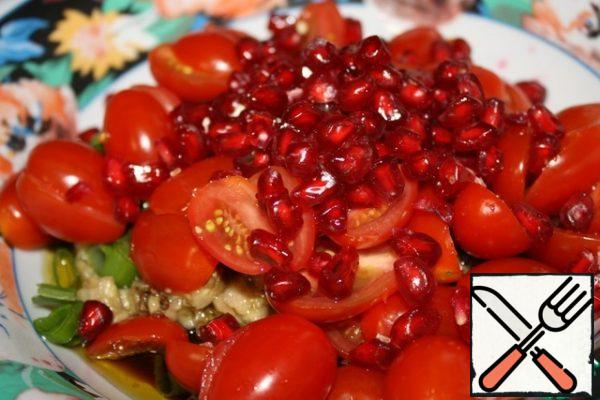 Add the pomegranate seeds and mint leaves. Mix everything together.