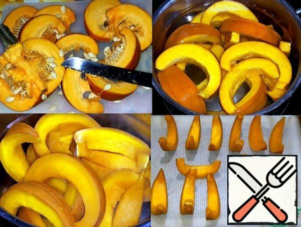 The pumpkin was cut into slices and peeled from the seeds. Put the pumpkin slices in boiling salted water and cook for 5 minutes. She poured out the water from the pot and spread the pumpkin on a baking sheet covered with parchment.
