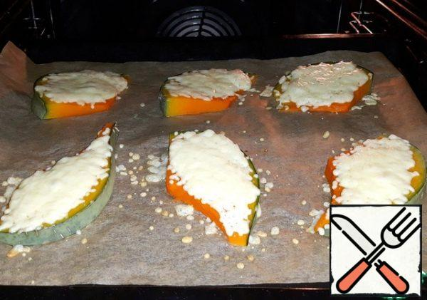Baked pumpkin with cheese in a preheated 180 degree oven for 5 minutes. Before serving, I poured butter on the baked pieces.
