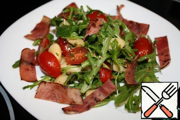 Mix all the ingredients and sprinkle with bacon. Our salad is ready!