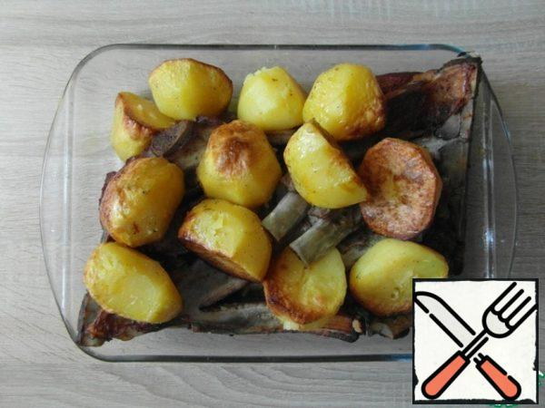 - cut the potatoes coarsely ( if the potatoes are medium and small, leave them as they are; if large, cut them in half ) - add salt and spices... here is dill should be dry, garlic is desirable too - add a little vegetable oil - mix the potatoes well, so that the whole is smeared with spices and oil - we put the meat in the sleeve, put the potatoes on top - we tie it from one edge, squeeze out the air as much as possible and tie the second edge - bake in the oven on the highest heat for 20 minutes... this will allow the products to warm up well and they will start to fry... then reduce the heat and bring to readiness at 110°-120° for another 30-40 minutes...