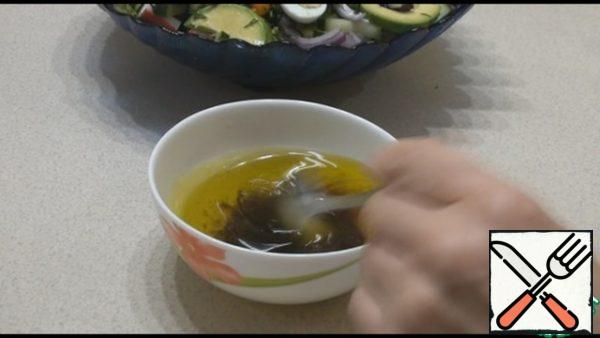 For the dressing, combine all the ingredients: oil, vinegar, soy sauce and honey, salt and pepper to taste, mix well. Pour the salad dressing, mix and serve. The salad is prepared just before serving, if you prepare it in advance, it will flow. You can prepare all the ingredients, and then combine them.