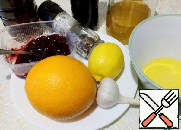 Prepare the marinade. Mix together the orange and lemon juice, add the balsamic and apple cider vinegar. Then add the olive oil, salt and pepper mixture, and mix well. Add cranberry jam, honey, garlic pressed through a press, mix everything again.