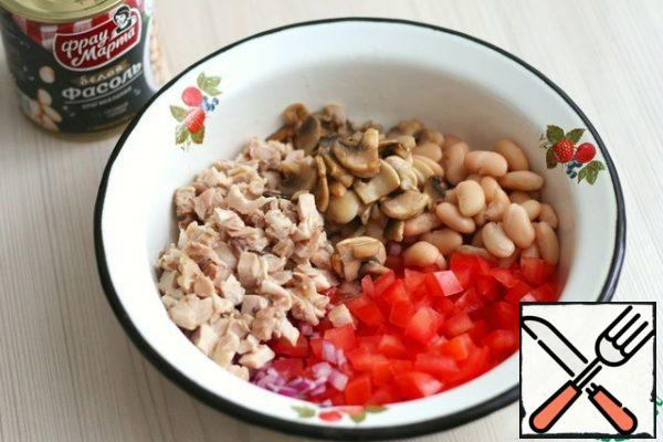 In a bowl, combine all the ingredients of the salad, add the canned white beans (2 tablespoons). Season the salad with mayonnaise, if necessary, add salt to taste.