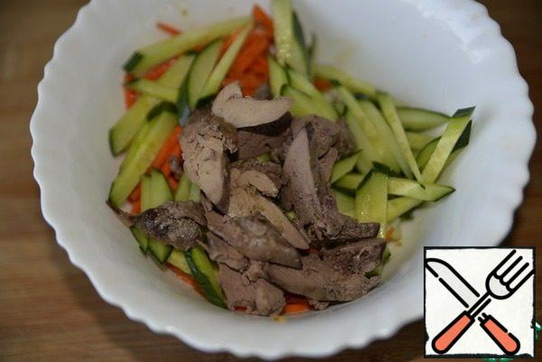Cut the cooled liver into thin slices, add to the salad. Fill the salad with mayonnaise. We put it to soak in the refrigerator.
