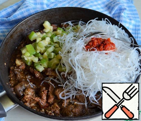 Add to the beef, pour in 100 ml. of boiling water, simmer until the beef is ready, from 30 to 50 minutes. Add soy sauce and salt.