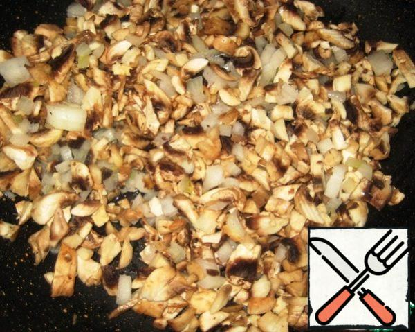 Cut the onion and mushrooms into small cubes. Heat the vegetable oil in a frying pan and fry the onion / mushrooms, then remove from the heat and let cool.
