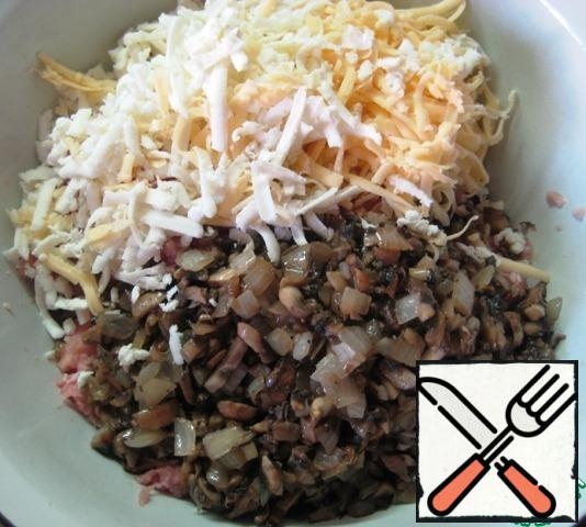 In a bowl, combine the two types of minced meat, add the cooled mushrooms+onions, grated Dutch and Adyghe cheese.