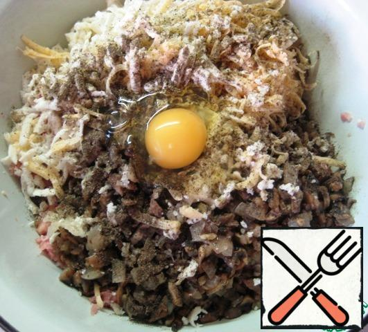 Add the egg, season with salt and black pepper, and mix the minced meat thoroughly.