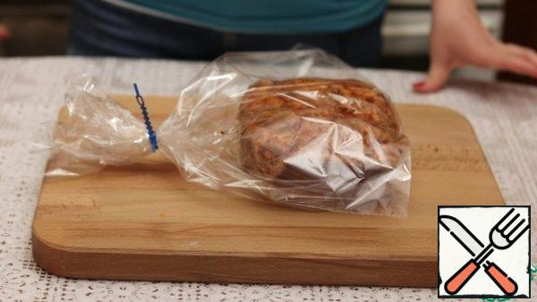 After a day, we take out the meat, put it in a baking sleeve and send it to the oven on a baking sheet, preheated to 190 degrees for 20 minutes. Then reduce the temperature to 60 degrees and bake until ready for 40 minutes.