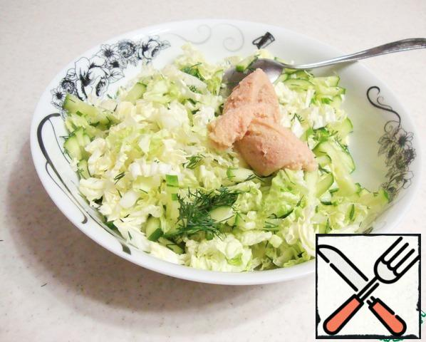 Combine the cabbage, cucumber and dill. Add two tablespoons of pollock caviar and mix the salad.