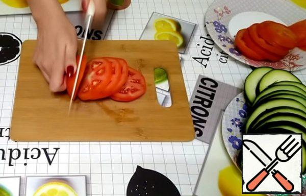 Tomatoes are also cut into circles with a thickness of about 7 mm.