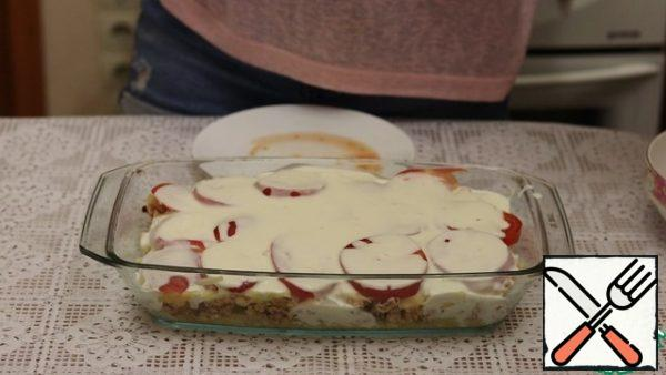 Pour the resulting sauce over the casserole. Let it soak for a couple of minutes and send it to the preheated oven, to 190-200 degrees for 20 minutes. Then we take it out and sprinkle it with cheese and send it back to the oven for 20 minutes.