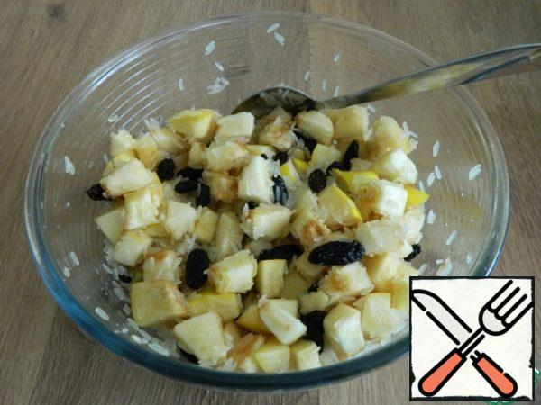 Mix raw rice with sliced apples, quince, raisins. Add sugar, salt, and mix well.
