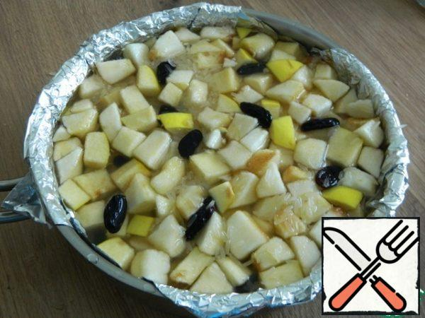 Top with a layer of rice with apples, quince, raisins.
