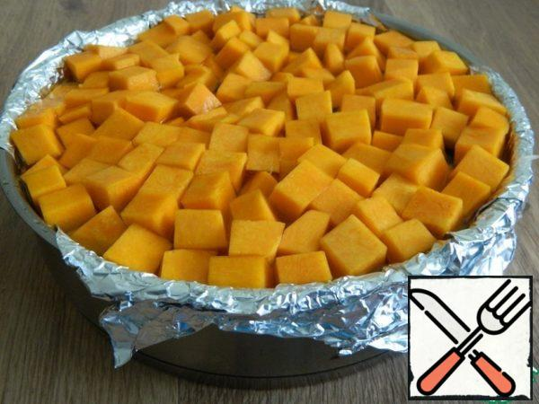 Cover the rice with the remaining pumpkin. Fill with water.