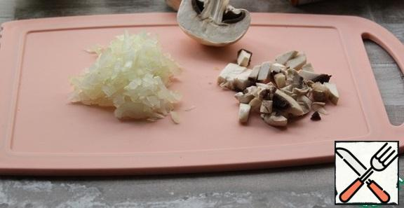 Wipe the mushrooms with a damp cloth, cut them. Peel the onion and slice it.